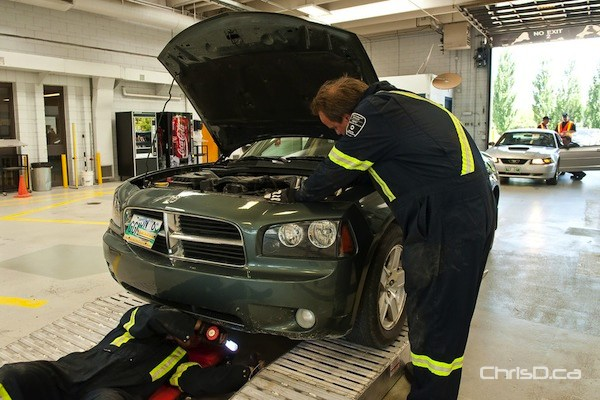 Technicians inspect a vehicle at Manitoba Public Insurance's service centre at 420 Pembina Highway. (TED GRANT / CHRISD.CA FILE)
