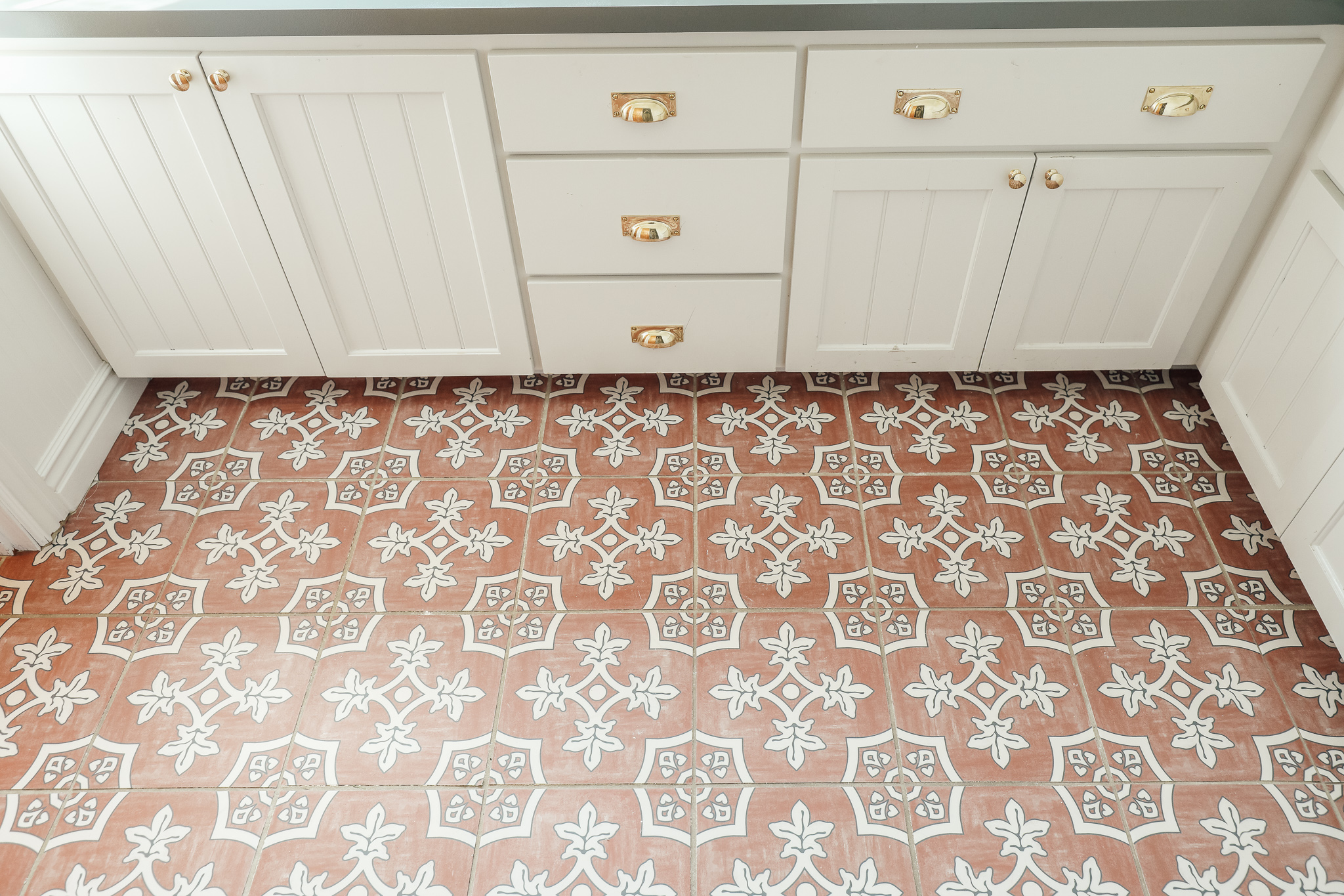 how to laying peel and stick tile over
