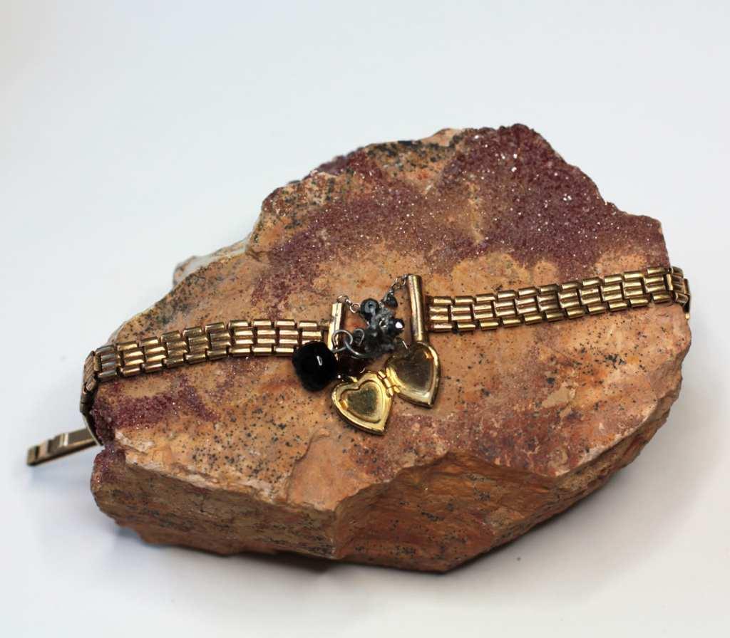 Bracelet-montre-vintage-plaqué-or-transformé-bracelet-avec-pampille-et-coeur-