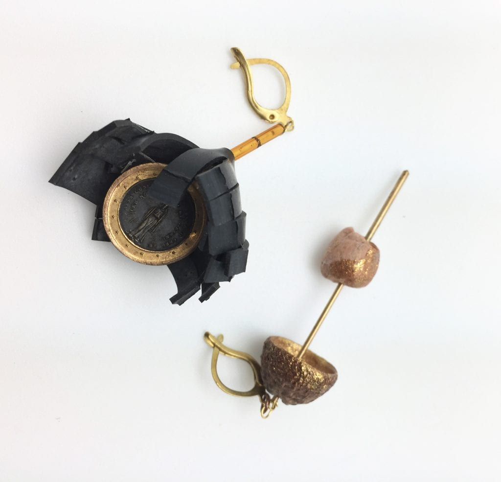 bo-pneu-medaillon-coque-gland-perle-en-terre-pendante-asymetrique