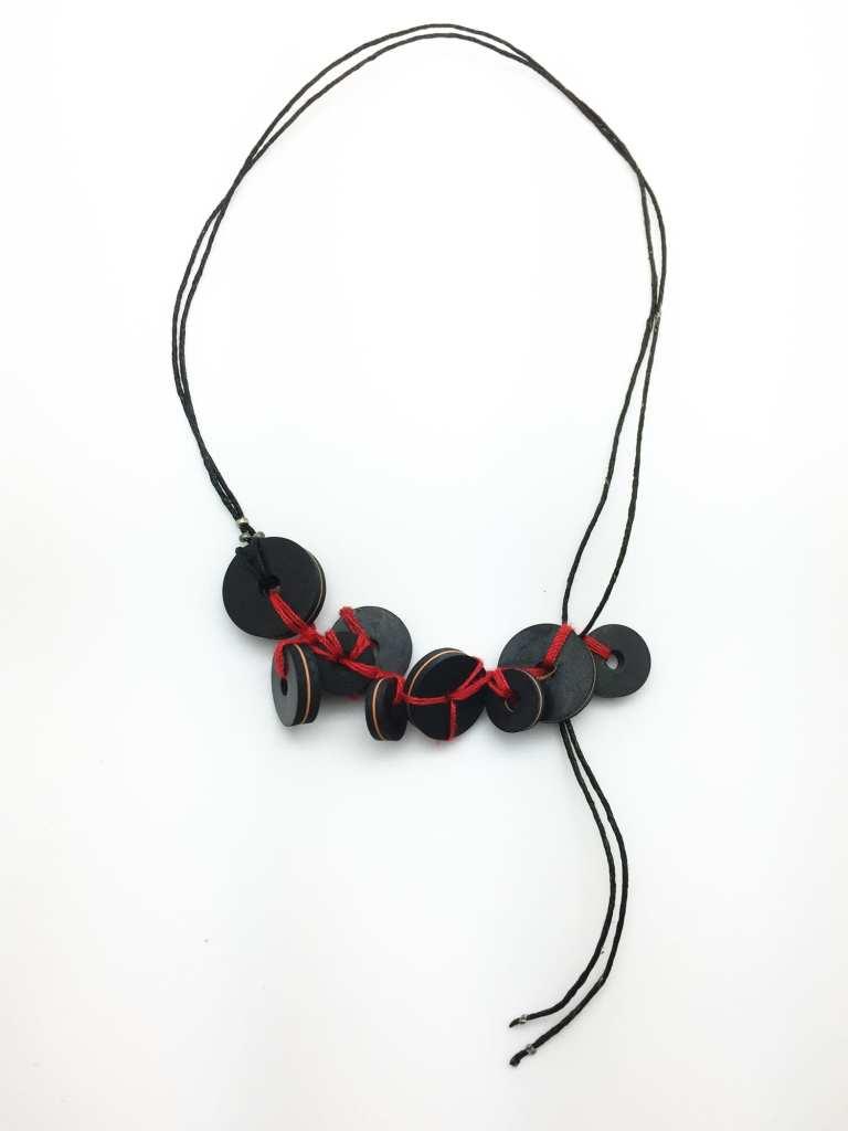 collier-reglable-joint-caoutchouc-cordon-cuir-fil-rouge-