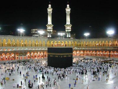 Das Gebet wird stets auf die Kaaba in Mekka hin ausgerichtet. - Quelle: Wikipedia (en.wikipedia.org, gemeinfrei)