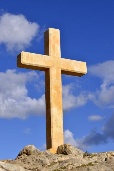 kruis, geel van kleur, op de Mont Calvari, oude kern La Nucia, blauwe lucht met witte wolken
