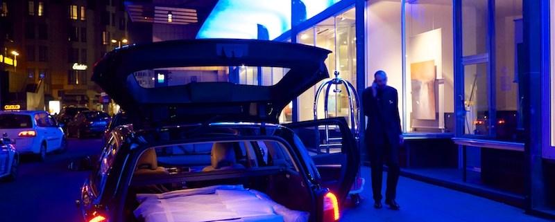 Vorbereitung der Ausstellung von Christian Ahrens im Kölner Hilton Hotel