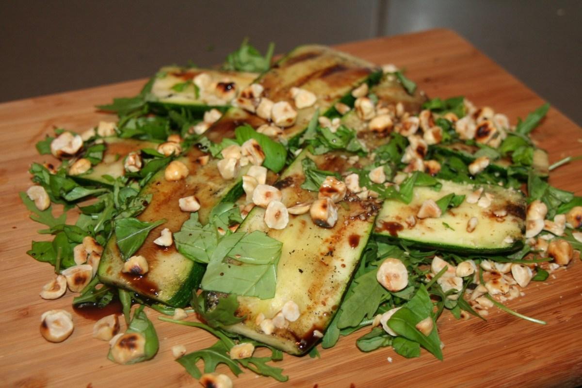Gegrilde courgette & geroosterde hazelnoten, rucola salade