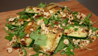 Gegrilde courgette & geroosterde hazelnoten salade