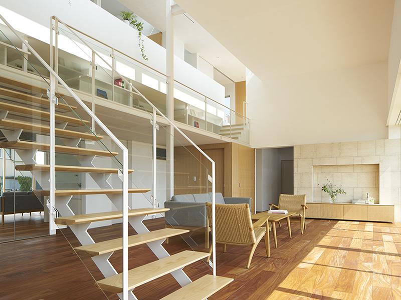 Escadas da sala de estar para a galeria