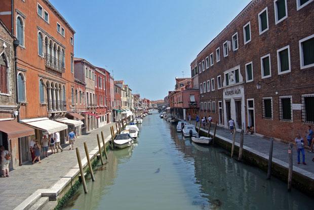 Bunte Häuser säumen den Kanal in Murano