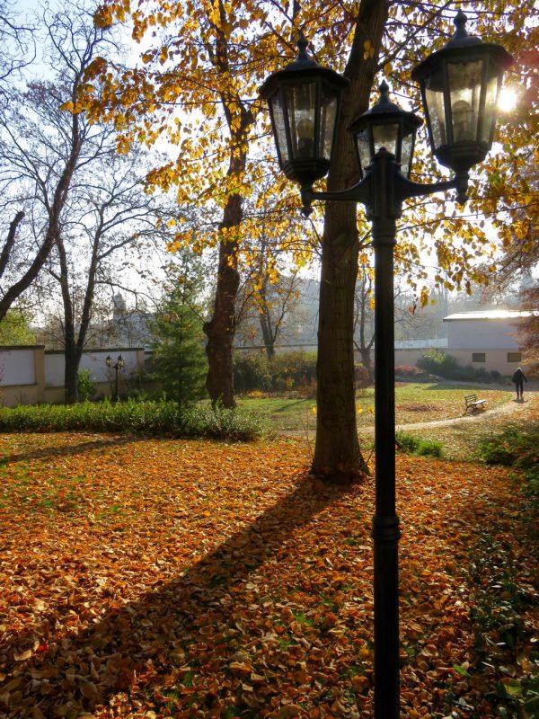 Prag im Herbst mit Lampe