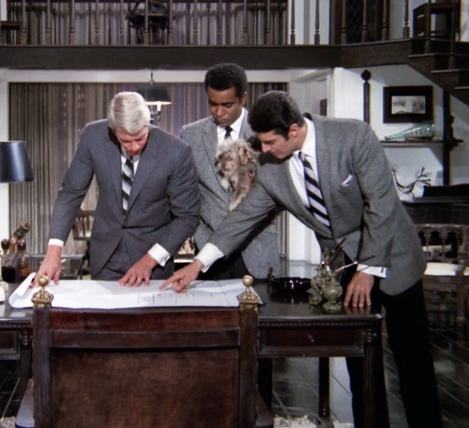 """The team briefs Chico the dog burglar in """"Chico"""" (with Peter Graves, Greg Morris, and Peter Lupus)"""