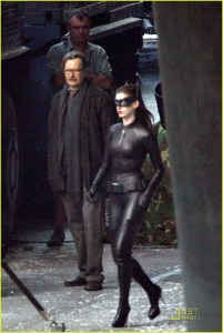 Le commissaire Gordon (Gary Oldman) et Catwoman (Anne Hathaway) sur le tournage de The Dark Knight Rises à Los Angeles