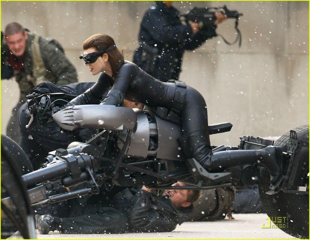 La doublure de Anne Hathaway (Selina Kyle) sur un Batpod