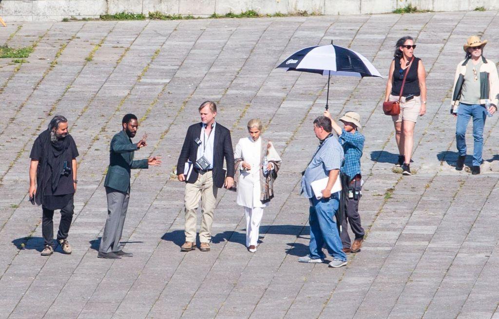 Hoyte van Hoytema, John David Washington, Christopher Nolan, Dimple Kapadia et Emma Thomas pendant le tournage de Tenet sur Pirita tee, Estonie, le 27 juillet 2019