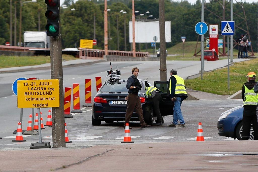 Robert Pattinson pendant le tournage de Tenet sur la route Laagna tee en Estonie, le 10 juillet 2019