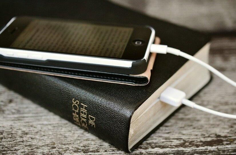 https://pixabay.com/de/photos/bibel-iphone-handy-lesen-2690301/