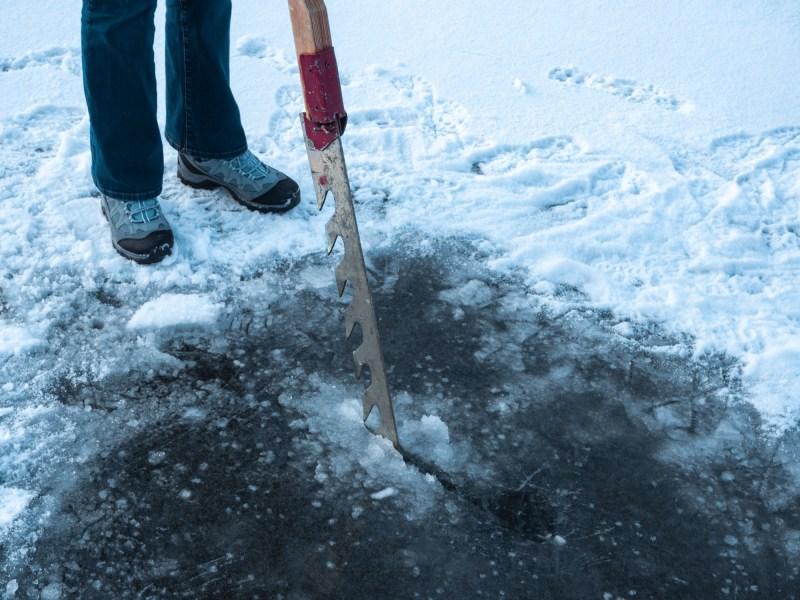 Eistauchen Loch schneiden