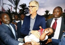 Arsene Wenger was received in Liberia by a large crowd