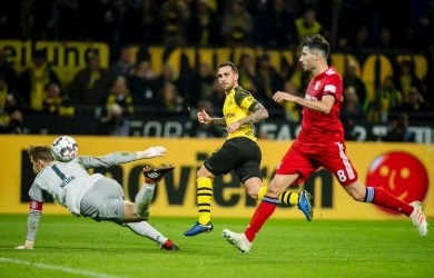 Paco Alcacer scores again as Borrusia Dortmund comes from behind to beat Bayern Munich and stretch lead at the top
