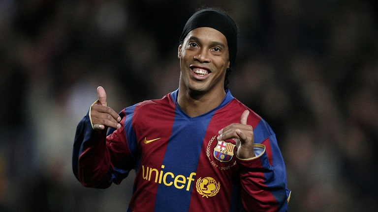 Ronaldinho thinks Man Utd isnt out yet against Barca