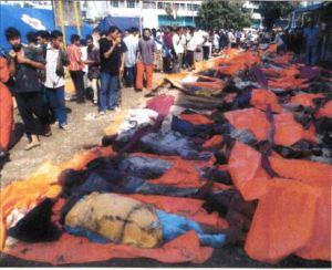 In der indonesisclrcn Provinzhauptstadt Banda Aceh hat man die Leichen der Flutopfern aufgereiht, damit Angehörige sie identifizieren können.