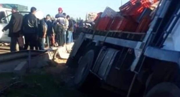 مصرع تلميذ وإصابة ثلاثة في حادثة انحراف شاحنة بانزكان