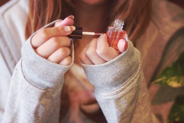 ネイルオイルを塗る女の子