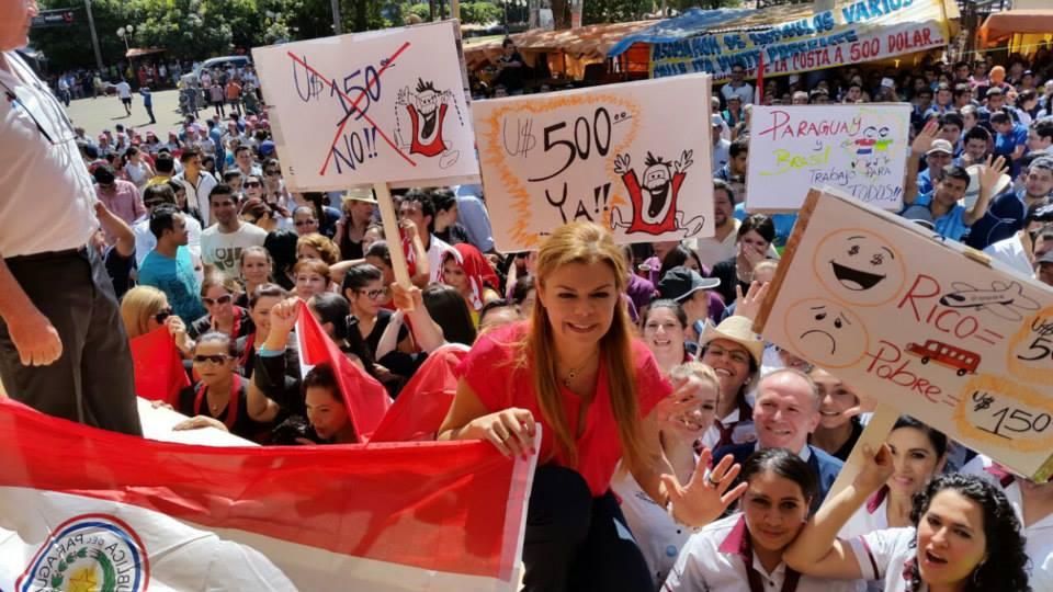 Masiva movilización enciudades fronterizas solicitando al Brasil no reducir la cota de compras. En CDE la intendenta Sandra Zacarias se movilizócon su gente.