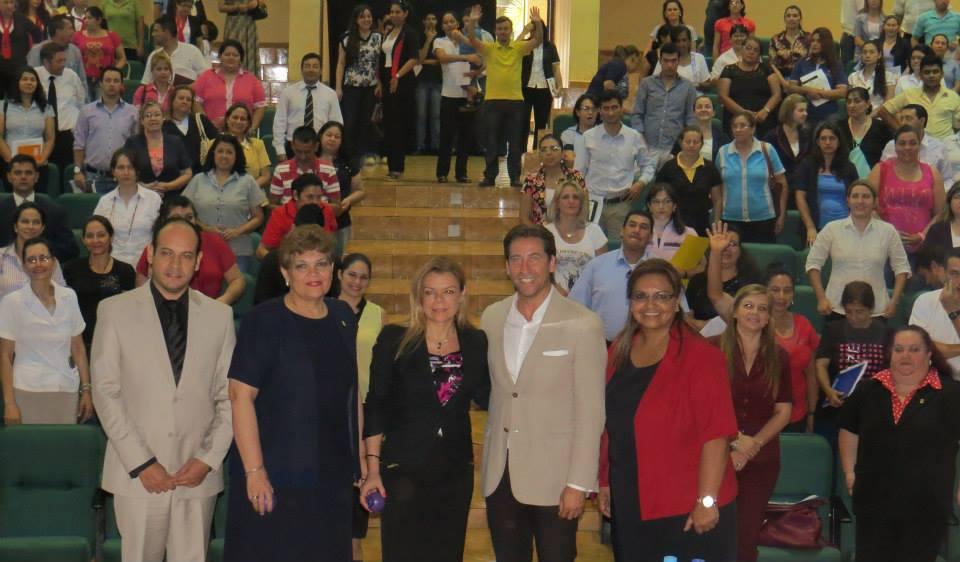 La intendenta de Ciudad del Este Sandra Zacarìas y autoridades del municipio impulsan seminario internacional contra acoso escolar.