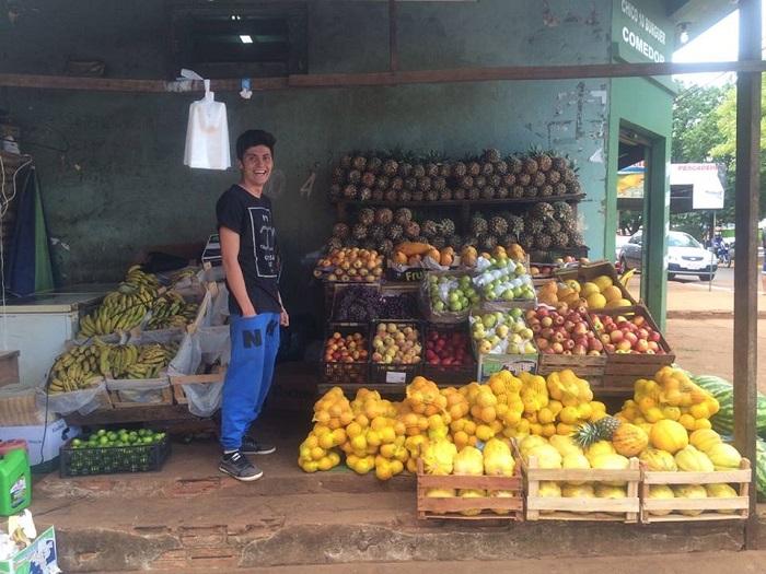 Vendedor de frutas recibe beca universitaria completa de parte de Sandra Zacarías.