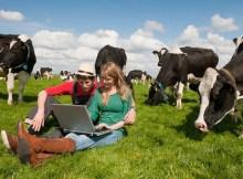 giovani-agricoltori-allevatori-computer-internet-by-ivonne-wierink-fotolia-750x500