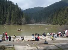 Giro con la barca sul Lago Rosso
