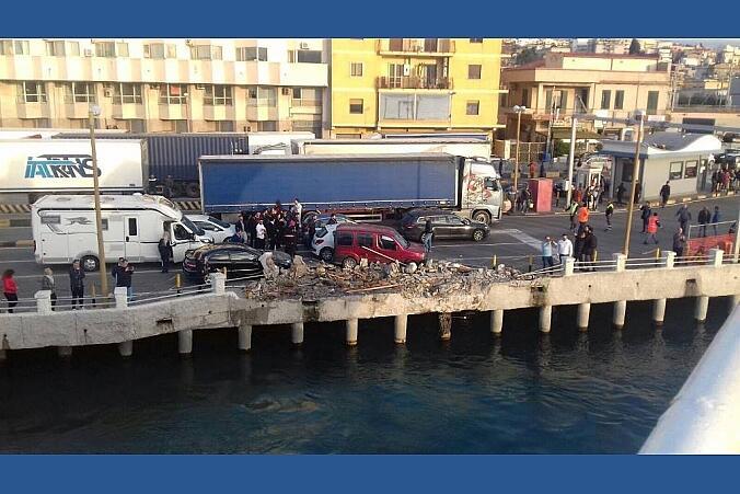 Paura a Villa San Giovani, traghetto si schianta contro la banchina