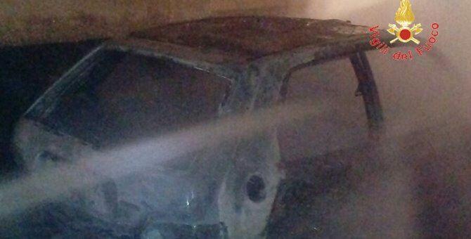 Recanati, auto in fiamme nella notte: intervengono i vigili del fuoco