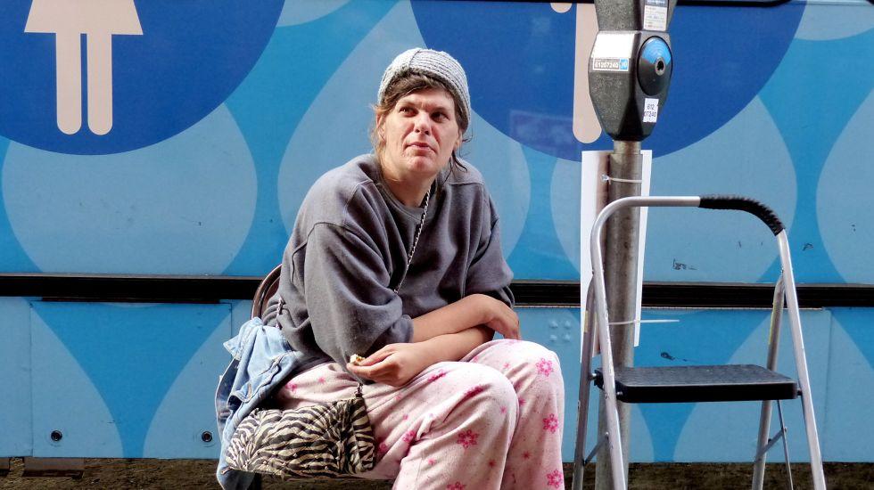 Wer wie diese Frau öffentliche Duschen für Arme besucht, wird das kaum aus Klimaschutzgründen tun / picture alliance