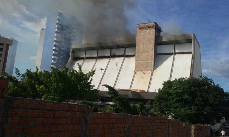 Incêndio de grande proporção destrói cobertura do Rio Poty Hotel em Teresina