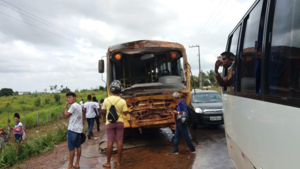 Ônibus escolar sofre grave acidente no MA-014 em Viana