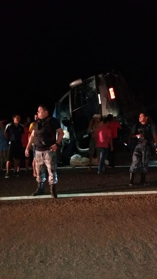 Urgente: Ônibus tomba na BR 316 em Santa Luzia do Paruá