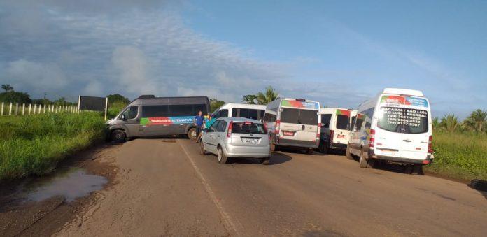 Motoristas de vans e caminhoneiros bloqueiam BR-135, no Maranhão