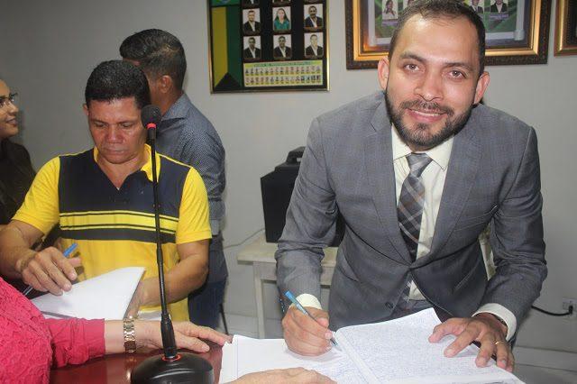Câmara empossa vice-prefeito de Cândido Mendes, após afastamento do titular