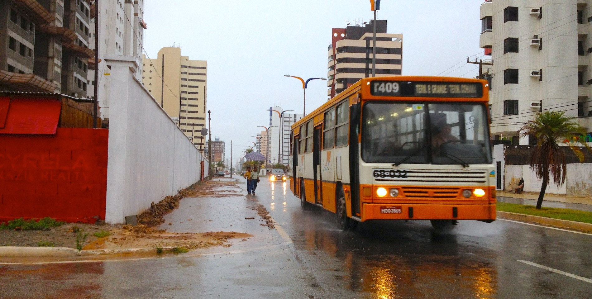 Pedestre sem calçada com ônibus