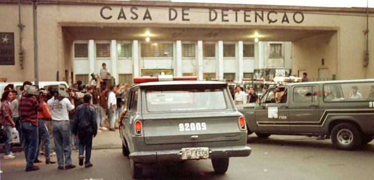 Viaturas da Polícia Militar em frente a casa de detenção do Carandiru