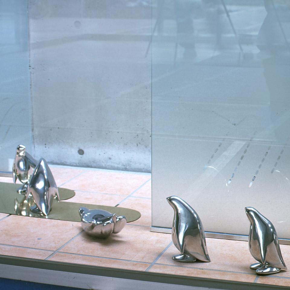 夏をイメージしたペンギンパレードです。 ガラスエッチングを使って雨、風、日差しの 情景を作りました。 ペンギンは屋外でも腐食の少ないヒドロというタイプのアルミ鋳物です。