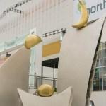 彫刻作品「月の家族」横浜港北ノースポートモールに設置した家族をテーマにした作品。