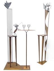 デザイン性の強い鉄のイスのオブジェと、ユーモラスな猫のいるカフェをイメージしたアート作品