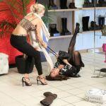 Modelos peleando en Black Friday