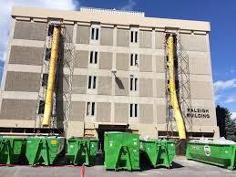 Un edificio al que se le retira el amianto