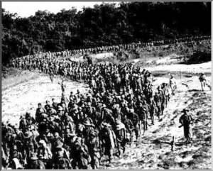 Soldados franceses se retiran de Dien Bien Phu