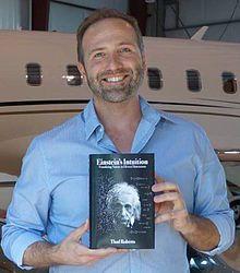 Thad Roberts con su libro