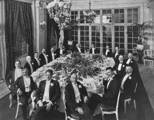 Tesla en Delmonico's con un grupo de amigos.