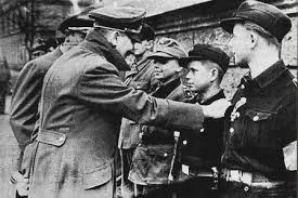Hitler condecora a miembros de las Htlerjugend